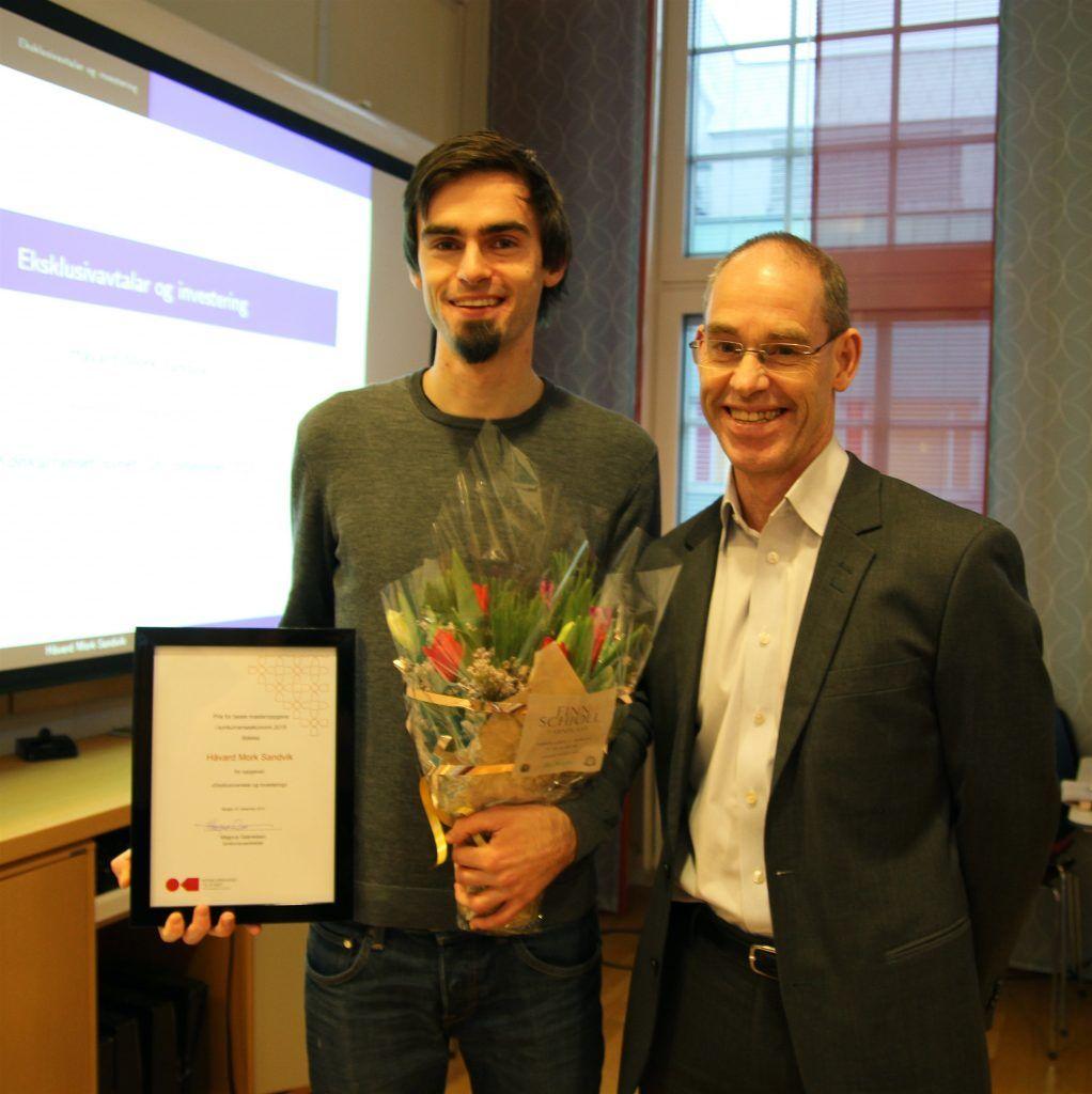Bilde av vinner av Konkurransetilsynets pris for beste masteroppgave sammen med fungerende konkurransedirektør Magnus Gabrielsen under prisutdelingen.