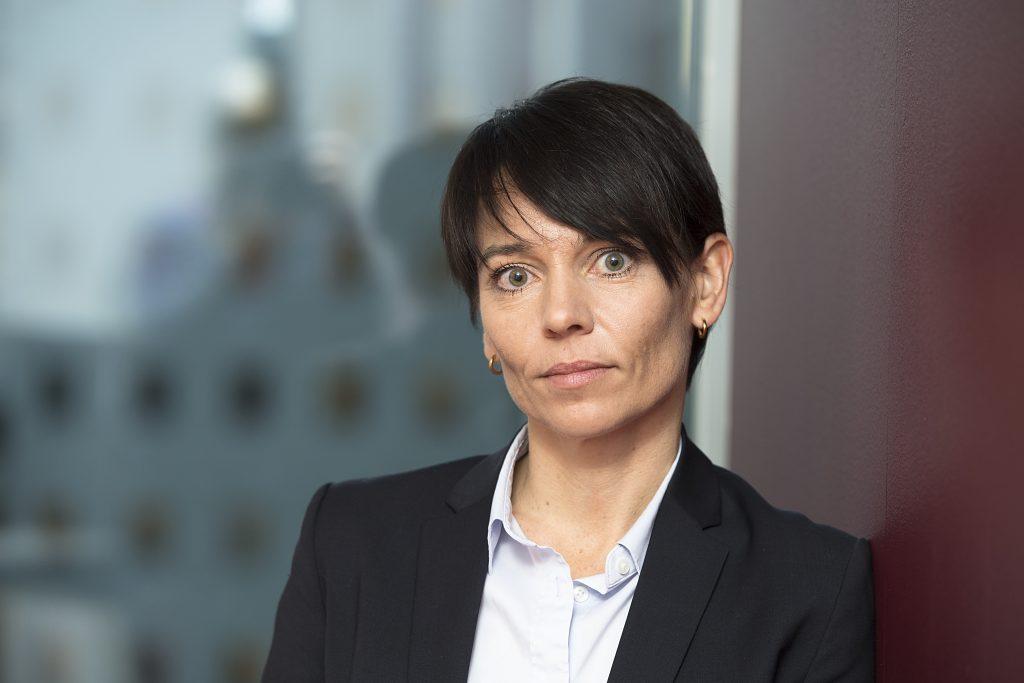 Portrettfoto av Karin Stakkestad Laastad, juridisk direktør i Konkurransetilsynet.
