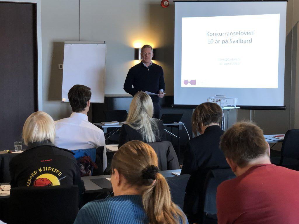 Bilde av Magnus Reitan som holder en presentasjon.