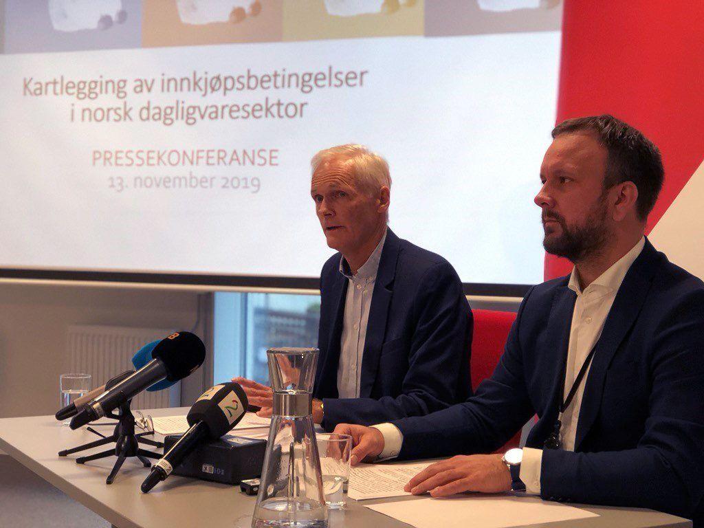 Bilde fra pressekonferanse der konkurransedirektør og prosjektleder presenterer funn i kartlegging av innkjøpspriser.