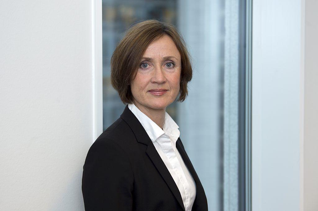 Portrettbilde av Kari Bjørkhaug, etterforskningsdirektør i Konkurransetilsynet.