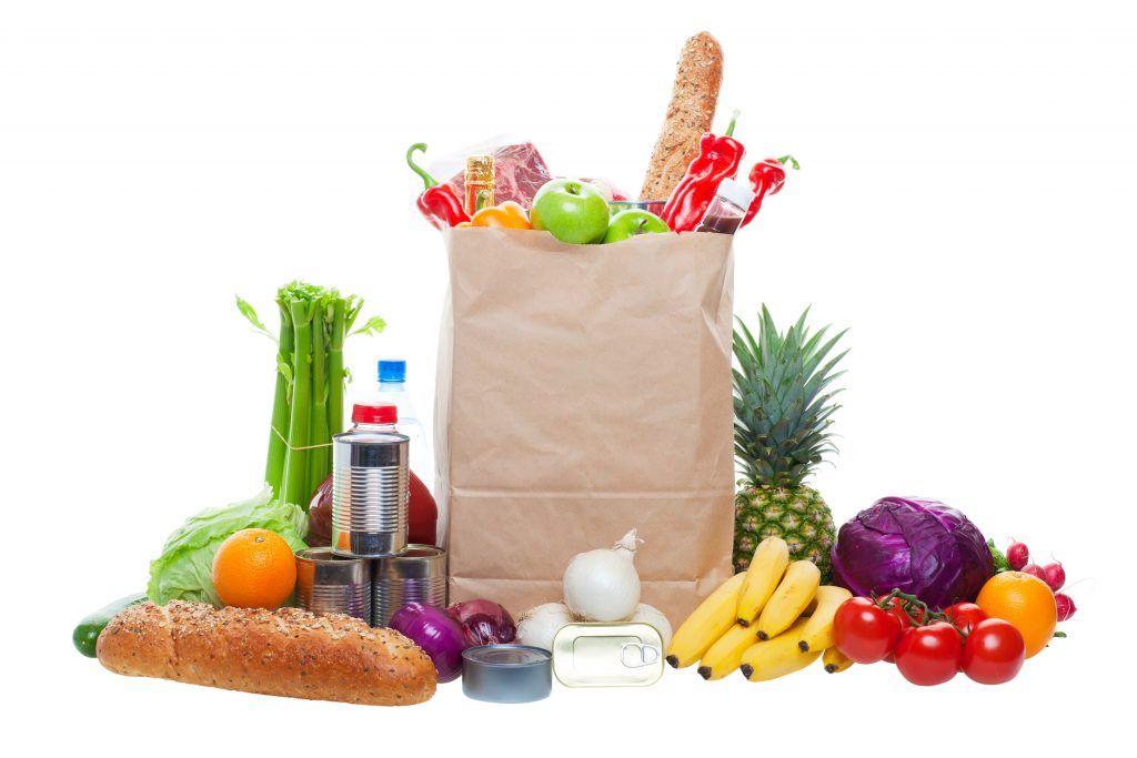Papirpose med frukt, grønt og andre dagligvarer.