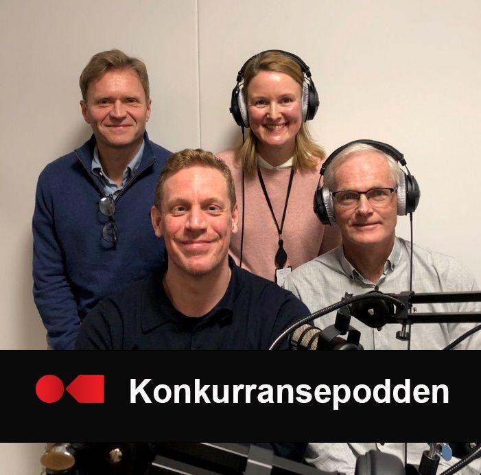 Bilde av fire personer som sitter i podcast-studio