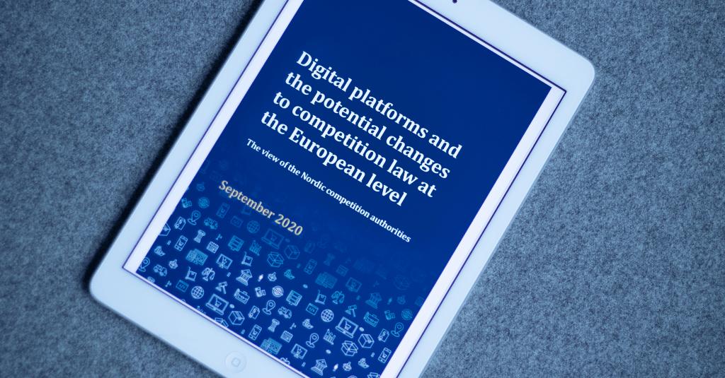 Bilde av iPad som presenterer forsiden til rapport om digitale plattformer fra 2020.