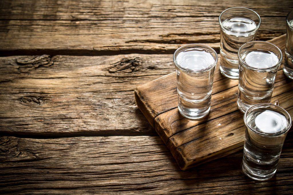 Glass med vodka på et bord.